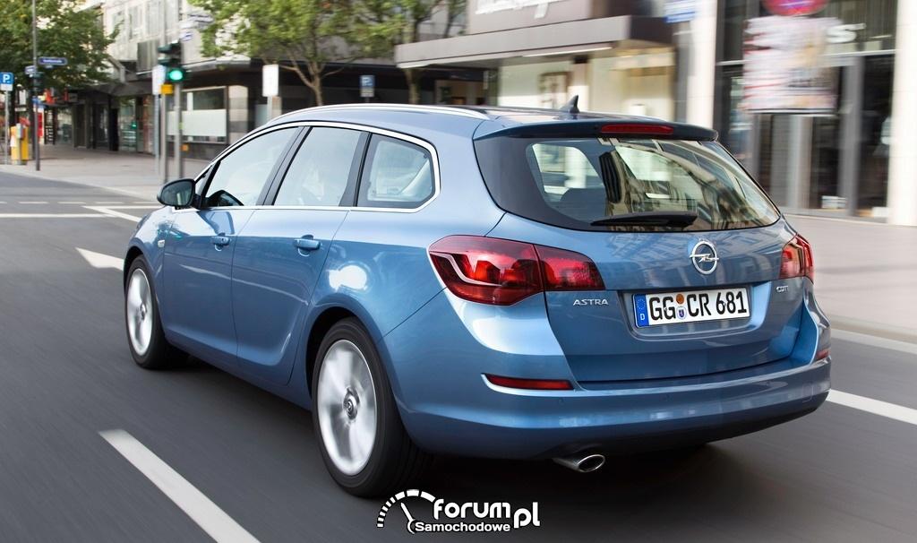 Opel Astra SportsTourer z tyłu