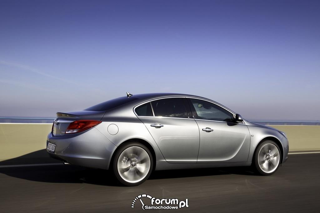 Opel Insignia - widok z boku