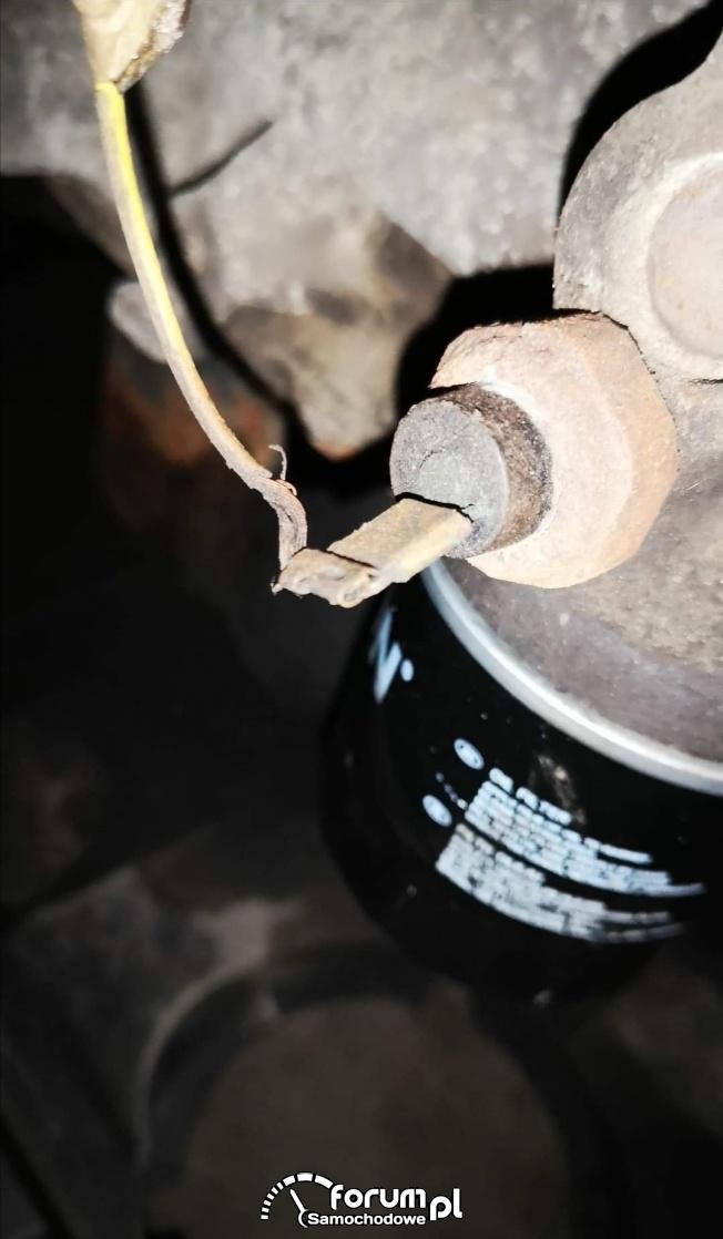 Gdzie jest czujnik ciśnienia w Mazda3 2004r 1.4B?