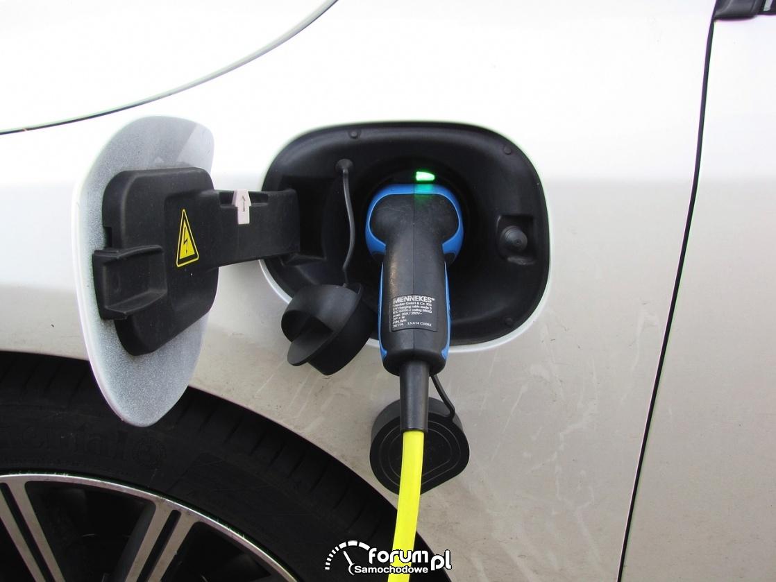 Tankowanie prądu, ładowanie samochodu elektrycznego, plug-in