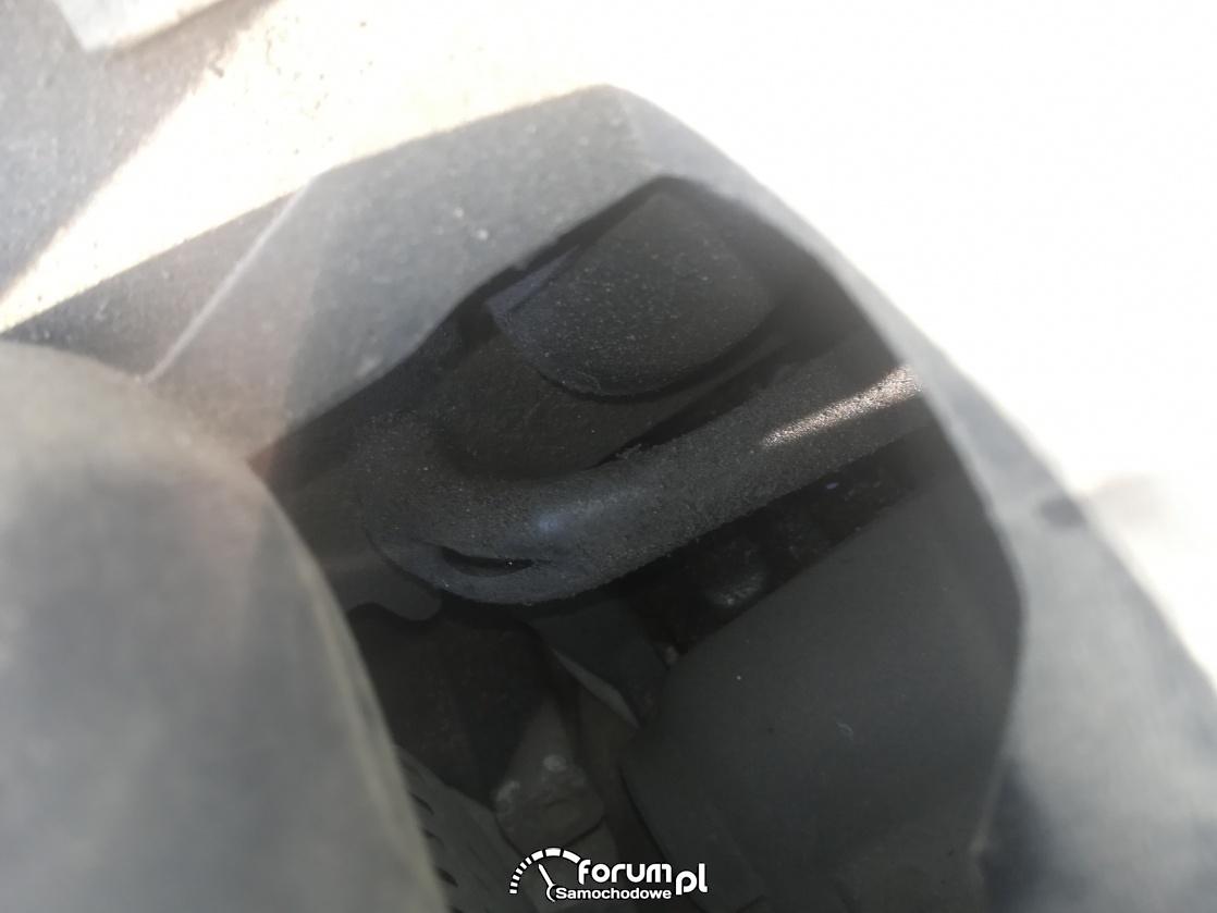 Rozerwany przewód ciśnienia pod kolektorem