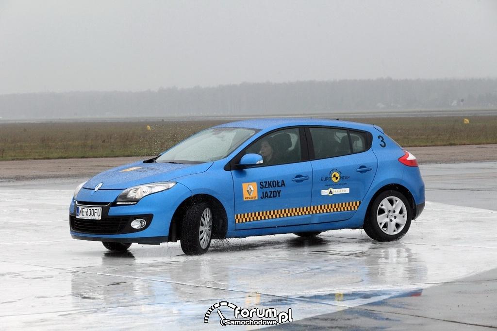 Katarzyna Glinka wyprowadza auto z poślizgu