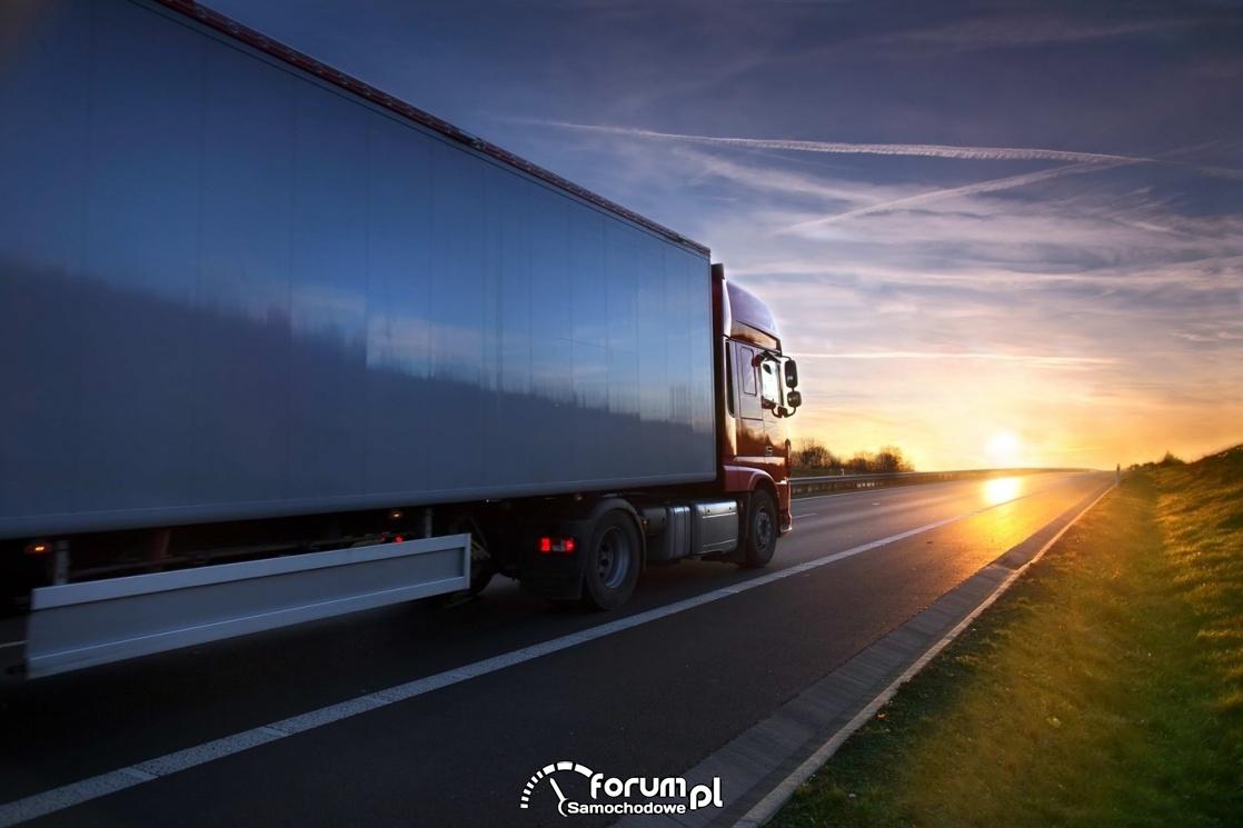 Samochód cieżarowy, TIR, zachód słońca