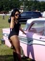 Dzwiewczyna i różowe auto