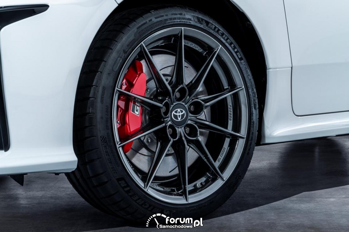 Alufelgi i czerwone zaciski hamulcowe - Toyota Yaris GR