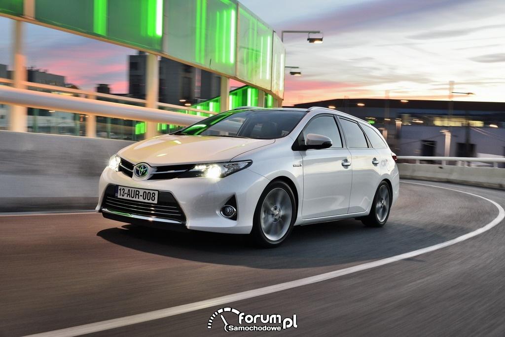 Toyota Auris Touring Sports Hybrid, przód