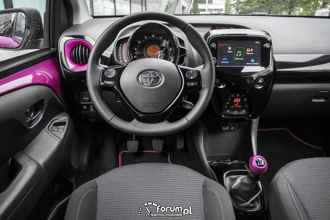 Toyota Aygo 2018, deska rozdzielcza, kierownica, konsola środkowa