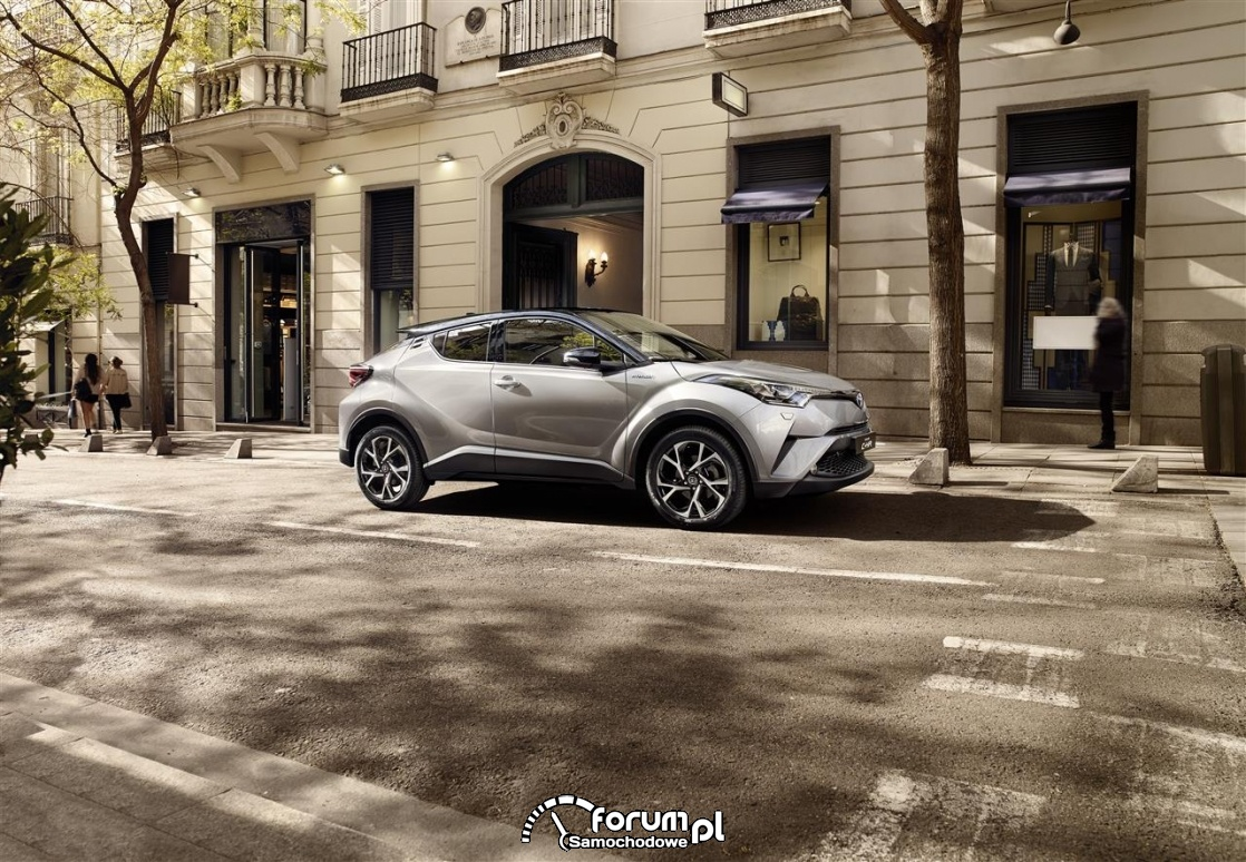 Toyota CH-R, 2016, samochód zaparkowany w centrum miasta