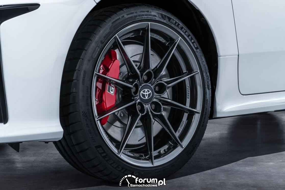 Toyota GR Yaris, alufelgi 18 cali i czerwone zaciski