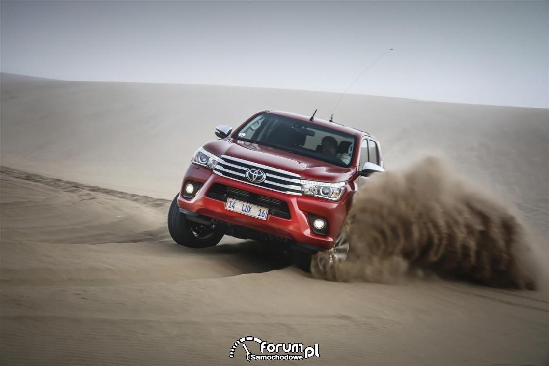 Toyota Hilux, przód, na pustyni, 2017