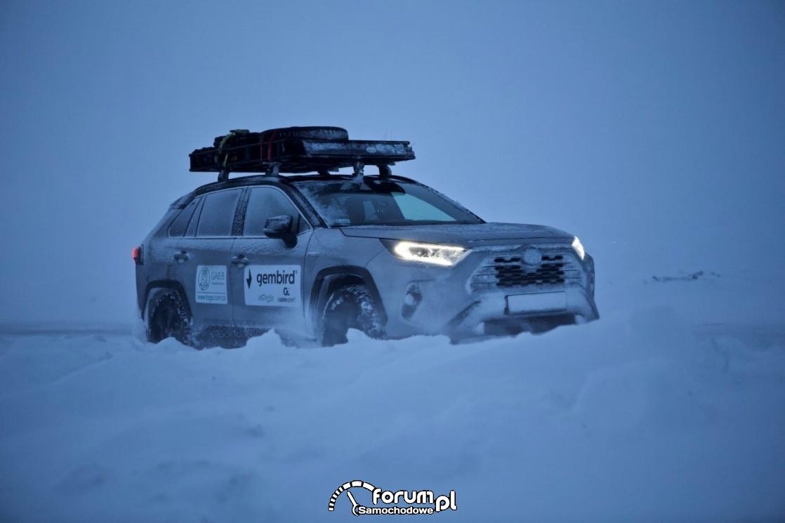 Toyota RAV4, zima, śnieg
