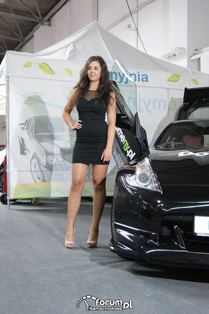 Nissan Z370, prezentacja przez hostessę