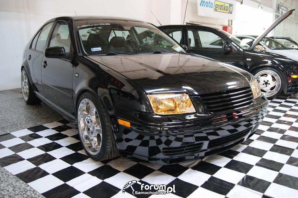 Volkswagen Bora, czarny kolor i żółte światła
