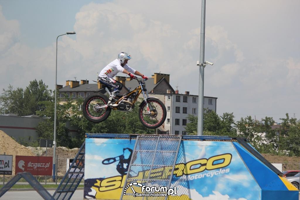 Stunt na motorze i rampa na przyczepie