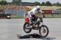 Stunt na motorze, skok nad leżącym człowiekiem