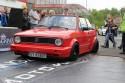 Czerwony Volkswagen Golf I Cabrio z czarnymi alusami
