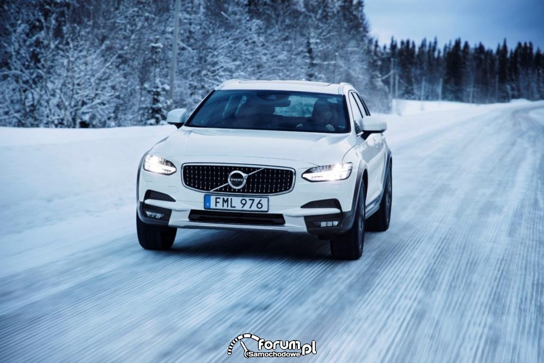 Volvo V90 Cross Country, zaśnieżona leśna droga