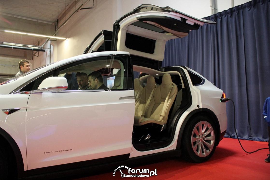 Tesla Model X 90D, otwierane drzwi do góry