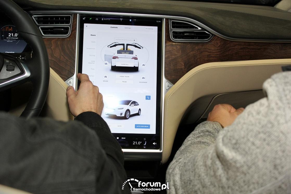 Tesla Model X 90D, środkowy wyświetlacz