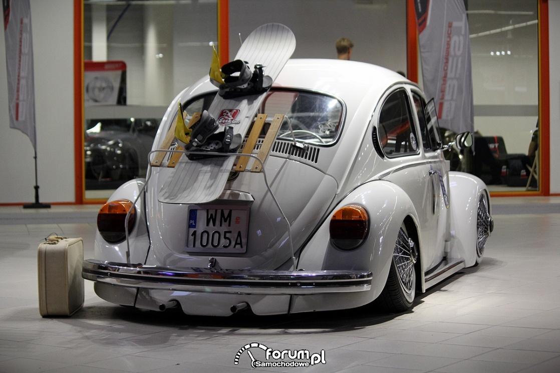 VW Garbus, snowboard, walizka, tył