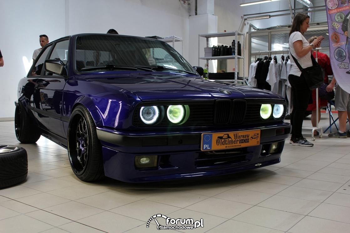 BMW E30 coupe, ringi w lampach