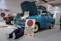 Trabant, naprawa, mechanik pod samochodem