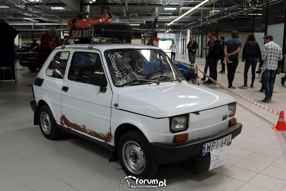 Fiat 126P z bagażnikiem dachowycm