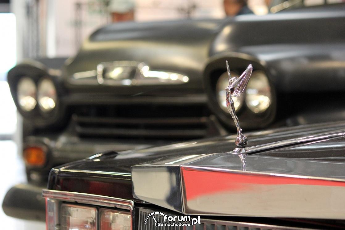 Figurka na masce samochodu