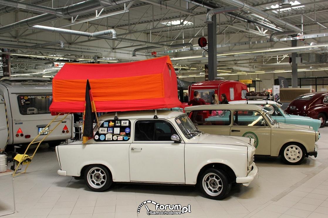 Trabant 601 z namiotem na dachu