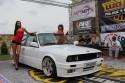 BMW E30, kolor biały,  dziewczyny