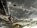 Klapka w osłonie pod silnikiem do spuszczania oleju i wymiany filtra oleju w silniku - Toyota Auris 1.8 Hybrid