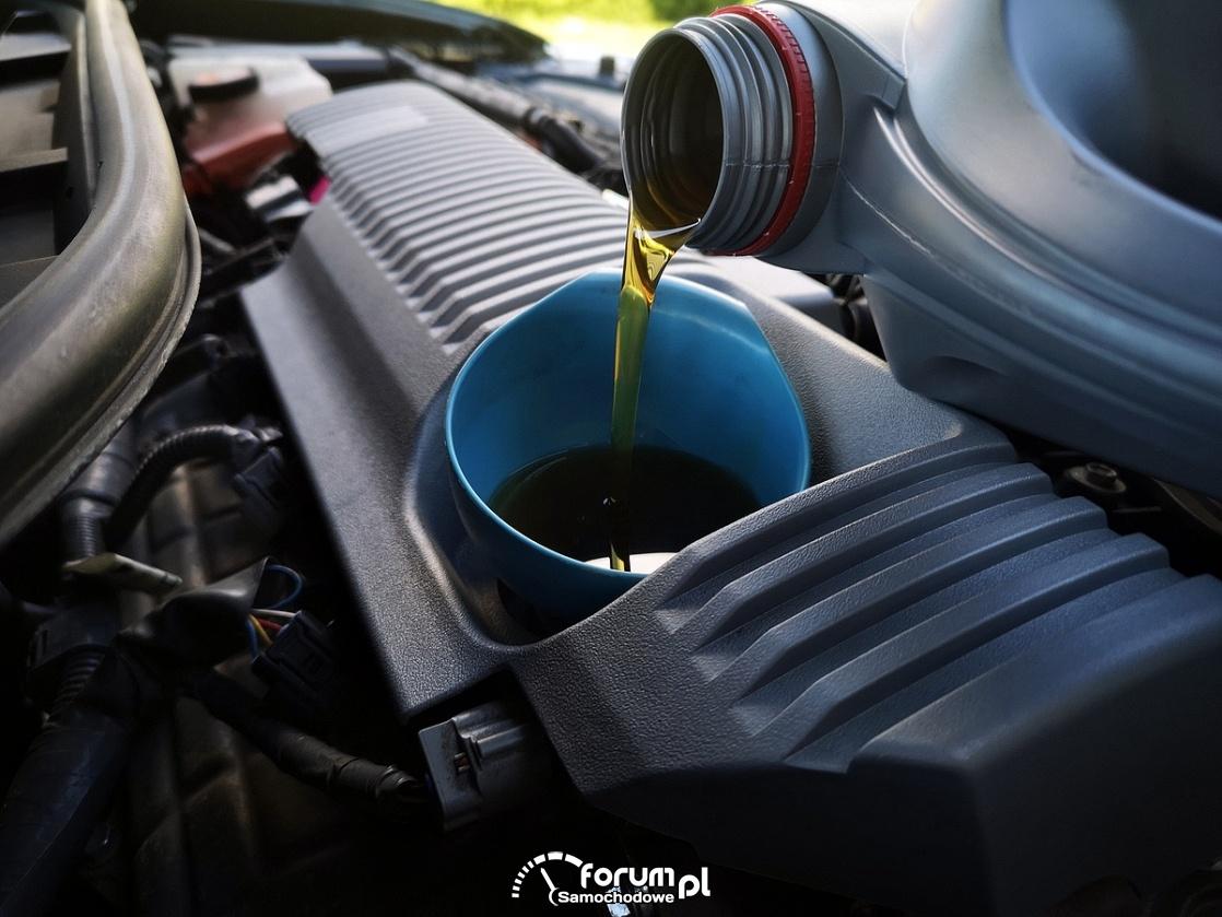 Toyota Auris Hybrid II - wymiana oleju w silniku 1.8 (2ZR‑FXE)