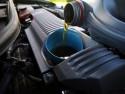 Nalewanie oleju do silnika