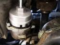 Odkręcanie obudowy filtra oleju dedykowanym kluczem - Toyota Auris 1.8 Hybrid