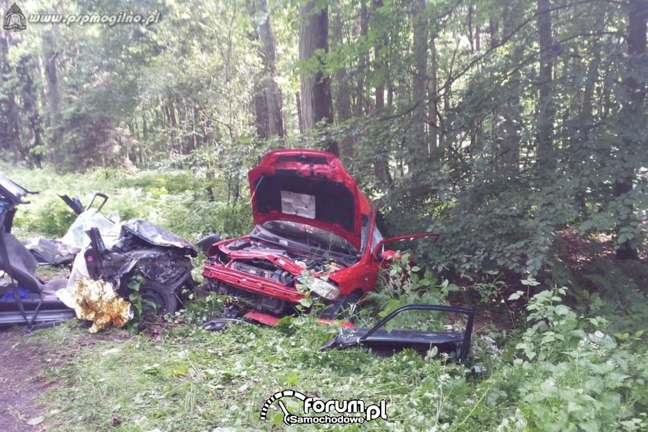 Czołowe zderzenie samochodów