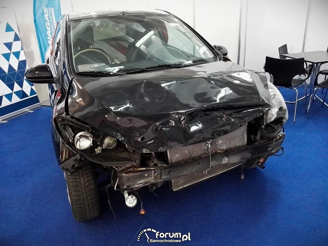 Rozbity samochód, skasowany przód