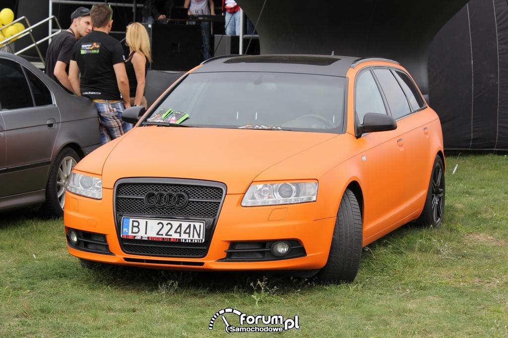 Audi A6, pomarańczowy mat i czarne alufelgi