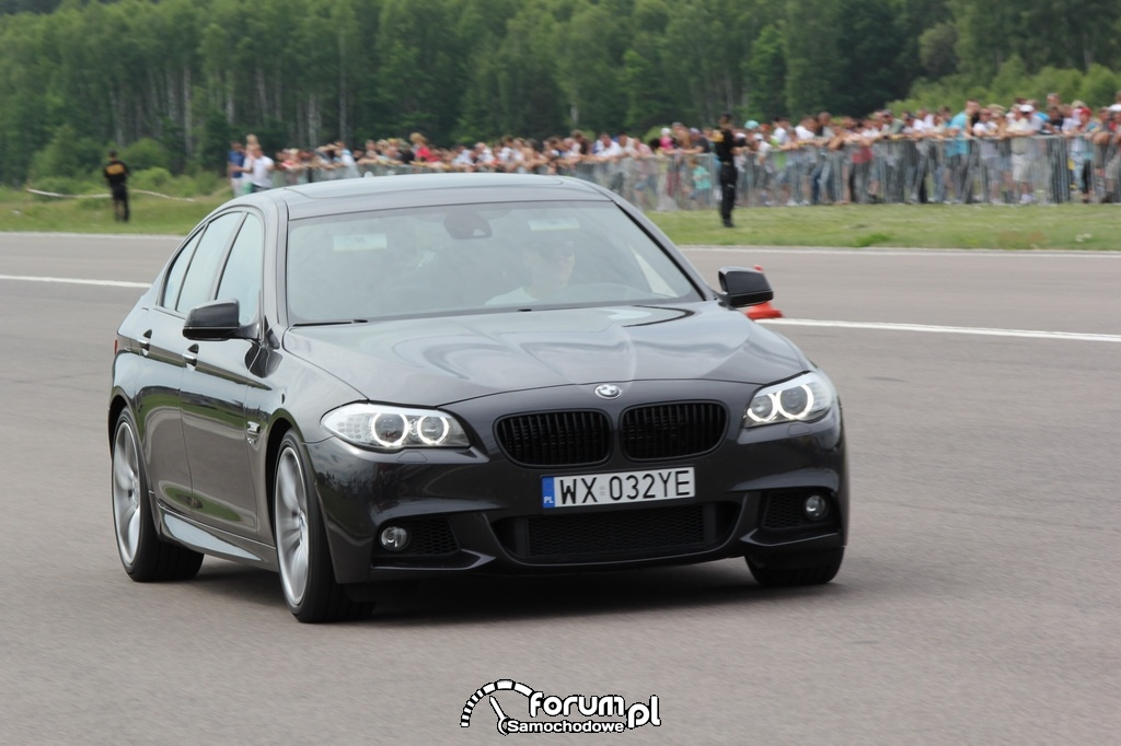BMW M550i, przód