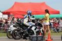 Dziewczyna wręcza motocykliście Suzuki GSX-R czas przejazdu
