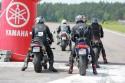 Motocykliści w wyścigach równoległych