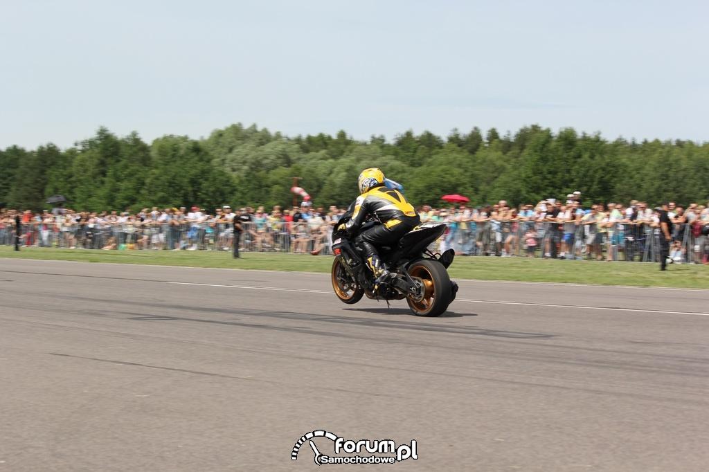 Motor przyspiesza na jednym kole w wyścigach równoległych