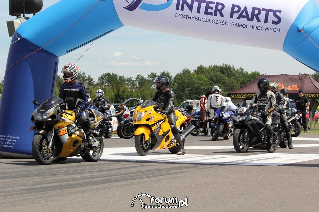 Motory przed startem w wyścigach równoległych