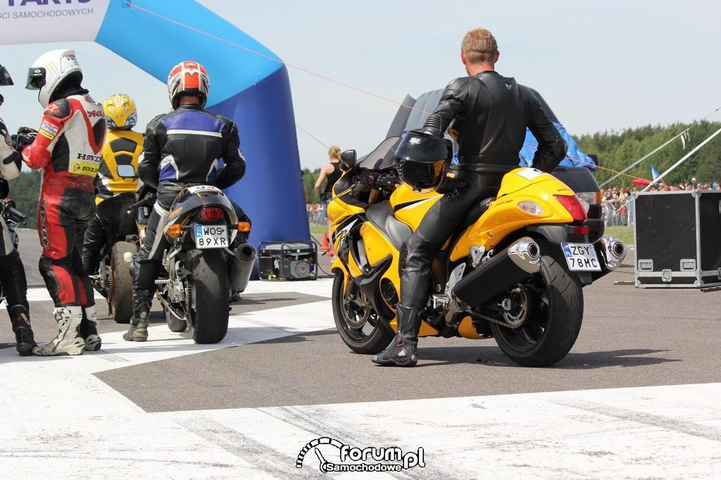 Motory przed wyścigami równoległymi