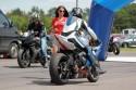 Pani wręcza czas przejazdu motocykliście