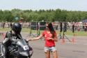 Panie wręcza czas przejazdu motocykliście, 2