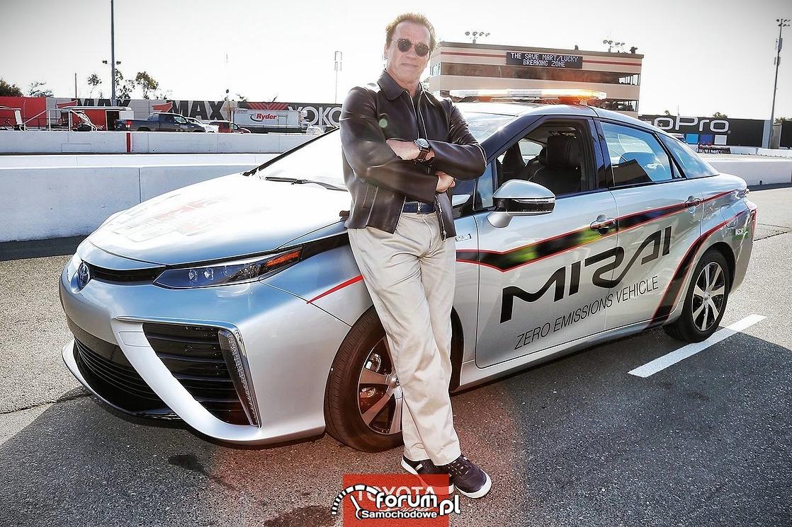 Arnold Schwarzenegger i Toyota Mirai