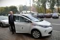 Marek Stępa odbiera samochód elektryczny Renault ZOE