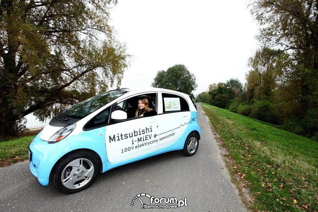 Samochodem elektrycznym dookoła świata - Izabella Miko
