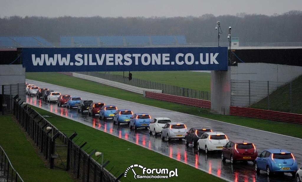 Parada pojazdów elektrycznych z udziałem Nissanów LEAF, tor Silverstone