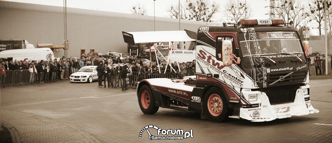 Pokazy driftu ciężarówką